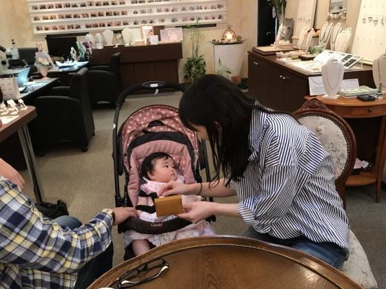 奥様の出産記念にご主人からプラチナ鍛造ハーフエタニティダイヤモンドリングをプレゼント!産んでくれてありがとう!生まれてきてくれてありがとう!