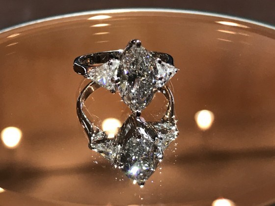 プラチナマーキースカットダイヤモンド&トリリアントカットダイヤモンドリング。大分、延岡、宮崎の東九州で大粒ダイヤモンド、ファンシーカットダイヤモンド、リッチカジュアルなジュエリーなら、宝石鑑定士の資格を持つジュエリー宝石専門店のジュエルミキへ!