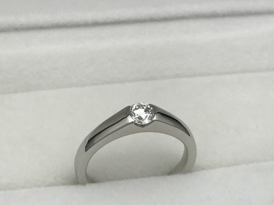 爪がたっていない、立てヅメじゃない、普段使いに最適なダイヤモンドリング。爪が気にならない埋め込みダイヤモンド指輪。婚約指輪(エンゲージリング)にもオススメ!